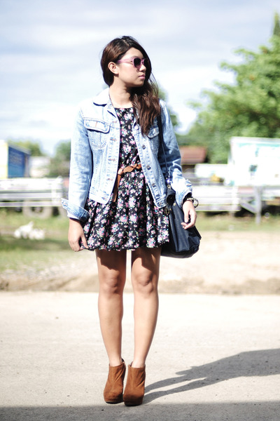 camel-shoes-floral-print-dress-denim-jacket_400
